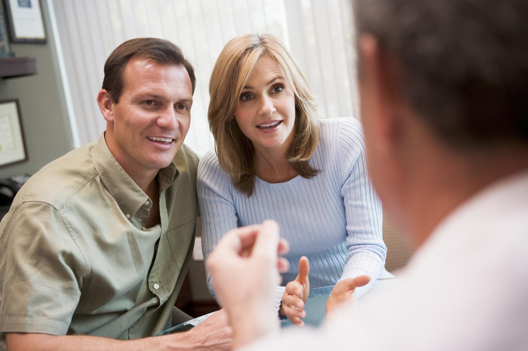 pareja en clínica de reproducción asistida