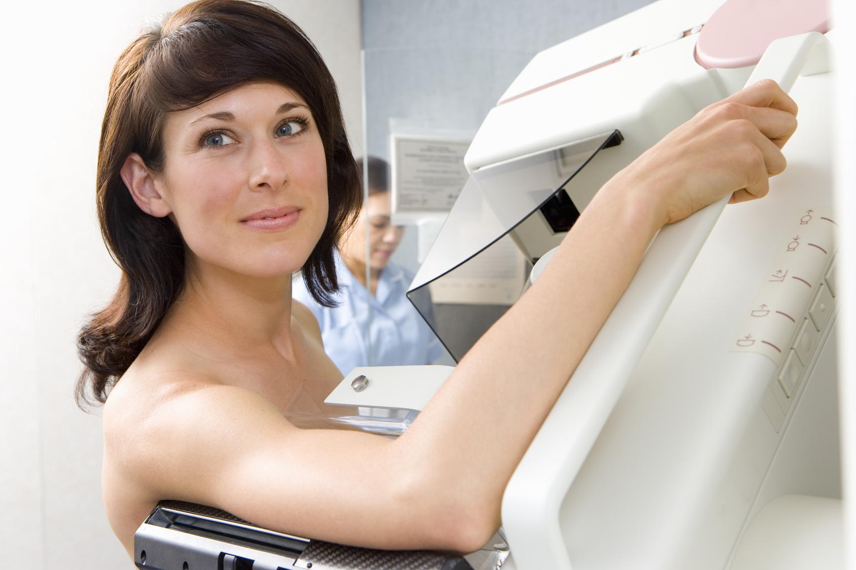 Examen de mama a través de un estudio mamográfico